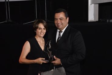 Fernanda Scarmato recebe do geremte geral do North Shopping - Ricardo Martins - Troféu Mulher - Foto Márcio Oliveira